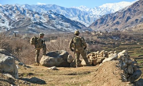 Bis in die 1970er Jahre hinein galt Afghanistan vor allem wegen seiner Berge als Geheimtipp unter Touristen. Heute herrscht seit über 40 Jahren Krieg. Hier ein Bild zweier US-Soldaten auf Patrouille.