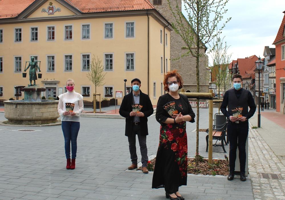 Bürgermeister Malte Schneider (zweiter von links) und das Team des Standesamtes - von links: Sara Bauermeister, Melanie Jestel-Heiser und Patrick Wahl mit dem neuen Info-Flyer zum Schöninger Hochzeitsbaum.