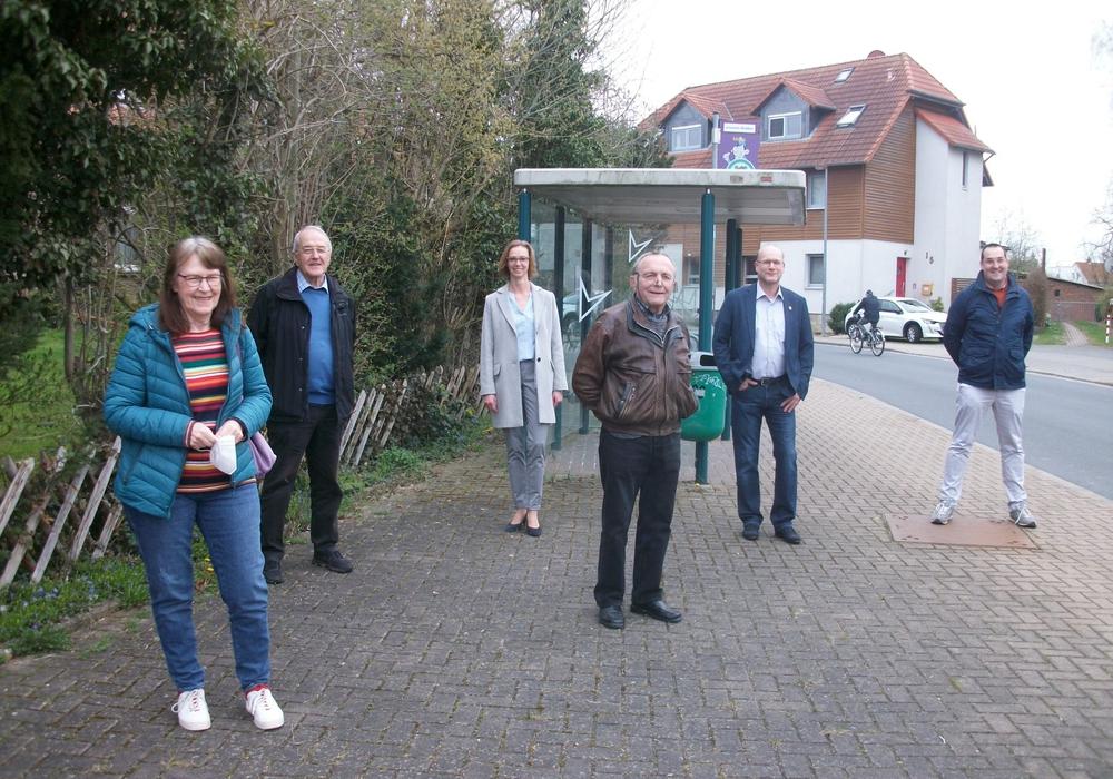 An der Bushaltestelle in Hötzum: Annegrit Helke, Johann Seifert, Manuela Reuper, Bodo Wutschel, Bürgermeister Ingo Geisler, Andreas Kleindienst, alle CDU)