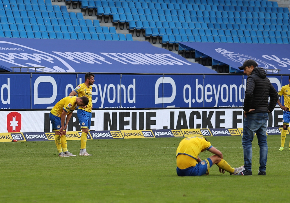 Der Frust sitzt tief: Am gestrigen Sonntag meißelte eine 0:4 Niederlage gegen den Hamburger SV Eintrachts Abstieg in Stein.