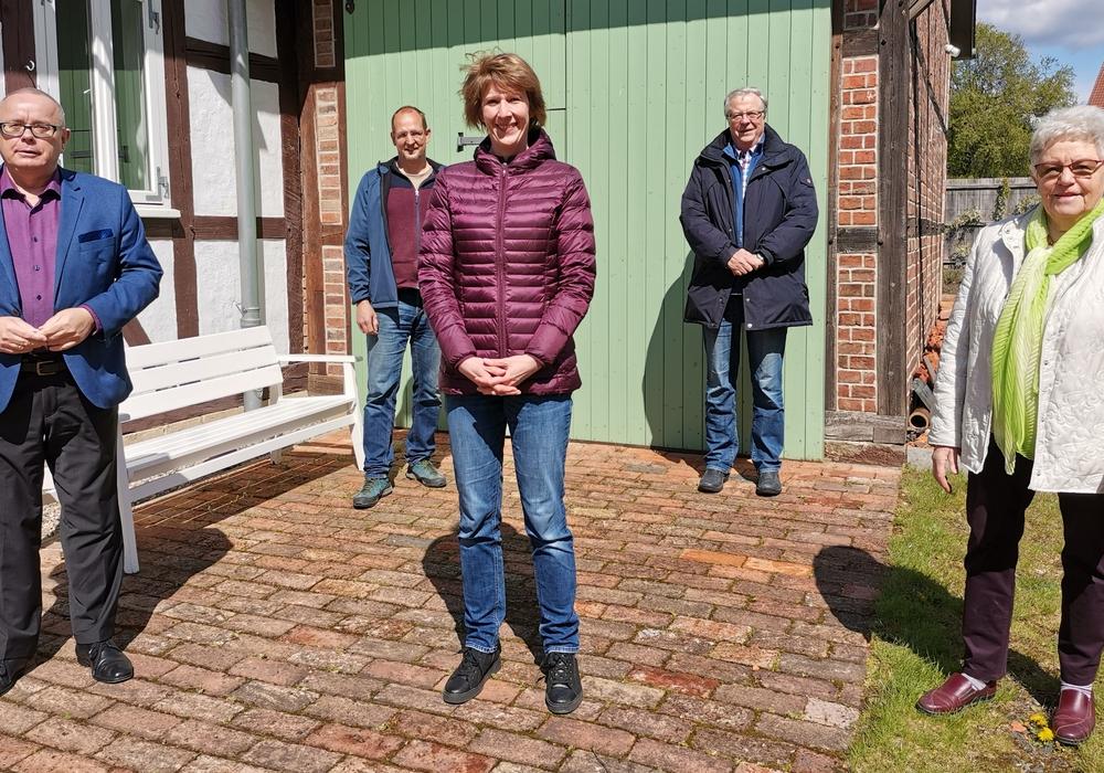 NDR-Reporterin Birte Olig (2. v. l.) vor den Aufnahmen im Gärtnermuseum mit (v. l.) Andreas Meißler, Henning Kramer, Dieter  Kertscher und Elisabeth Schwieger.