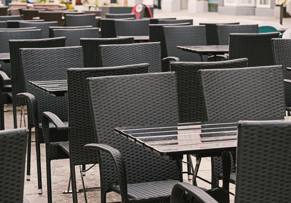 Die Tische der Außengastronomie könnten sich wieder füllen. Symbolbild