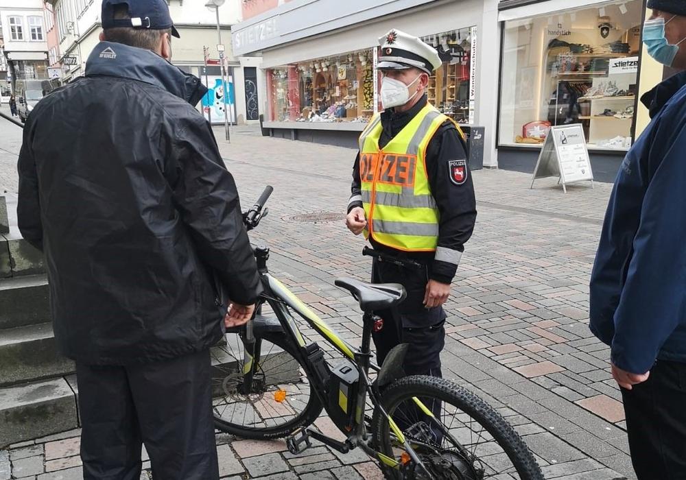 Die Polizei kontrolliert Radfahrer.