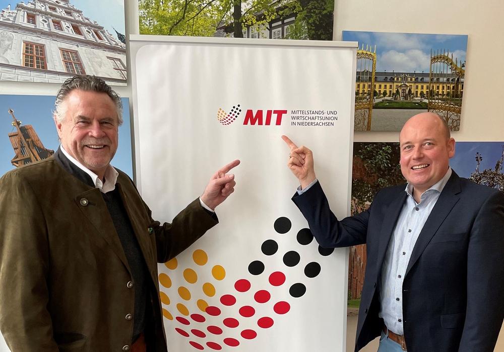"""MIT Chef Werner Lübbe (links) freut sich mit seinem designierten Nachfolger Holger Bormann (rechts) das der Generationenwechsel der MIT in Niedersachsen erfolgreich """"eingeläutet wurde""""."""