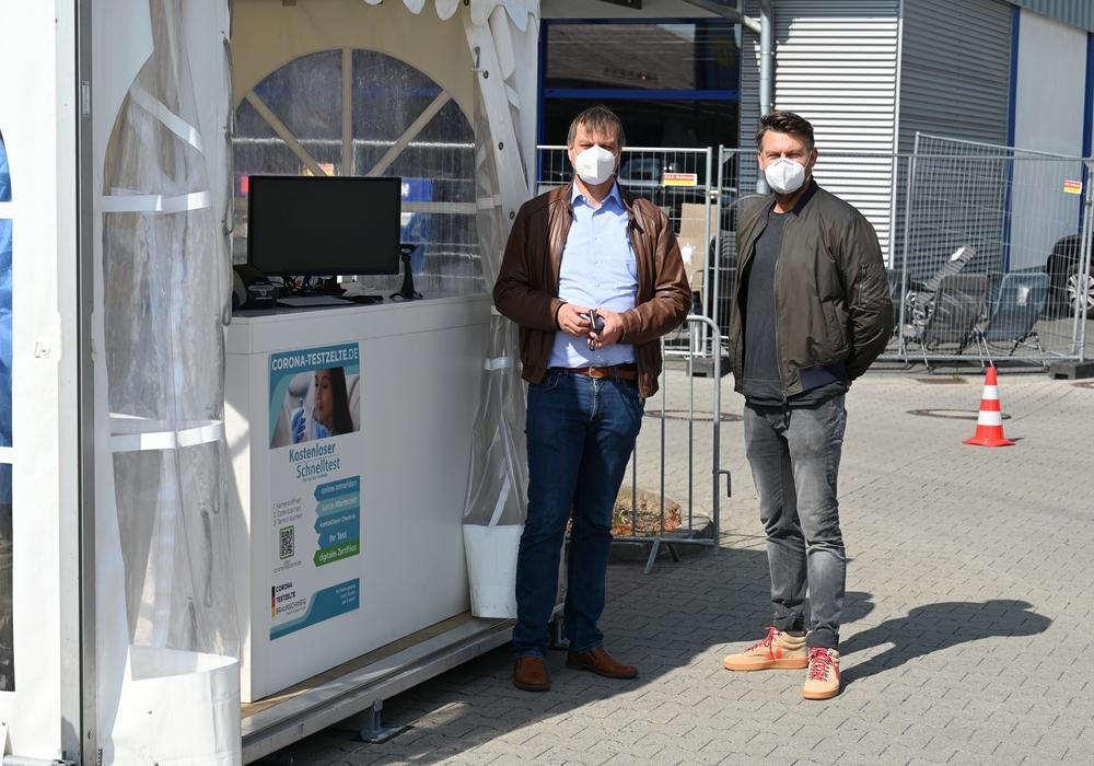 Bürgermeister Detlef Kaatz und Organisator Oliver Strauß vor dem neuen Testzelt.