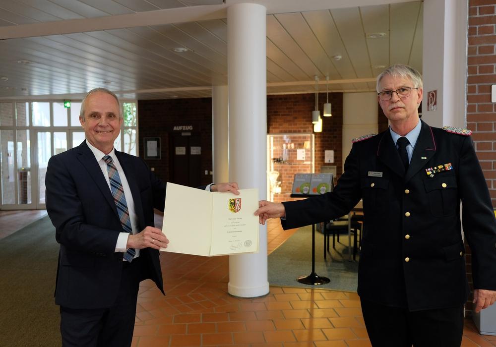 Landrat Thomas Brych gratuliert Kreisbrandmeister Uwe Fricke zur erfolgreichen Wiederwahl.