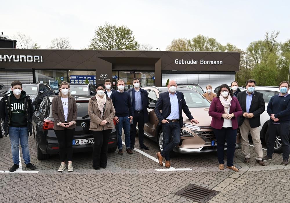 Mitglieder der Wolfenbütteler CDU zusammen mit der Europaabgeordneten Lena Düpont (vierte von rechts), sowie dem Landratskandidaten Uwe Schäfer (zweiter von rechts) und dem Bundestagskandidaten Holger Bormann (sechster von rechts) vor dem Autohaus Bormann in Wolfenbüttel.