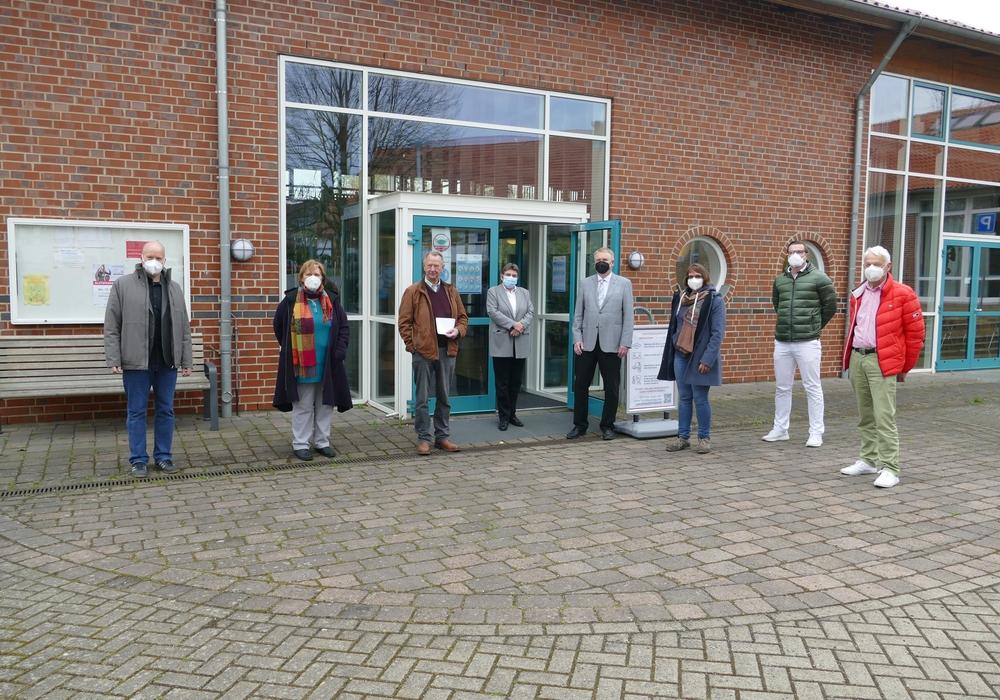 Kreisrat Rolf Amelsberg (vierter von rechts) eröffnete gemeinsam mit den Betreibern und örtlichen Politikern das Testzentrum in der Okerhalle in Groß Schwülper.