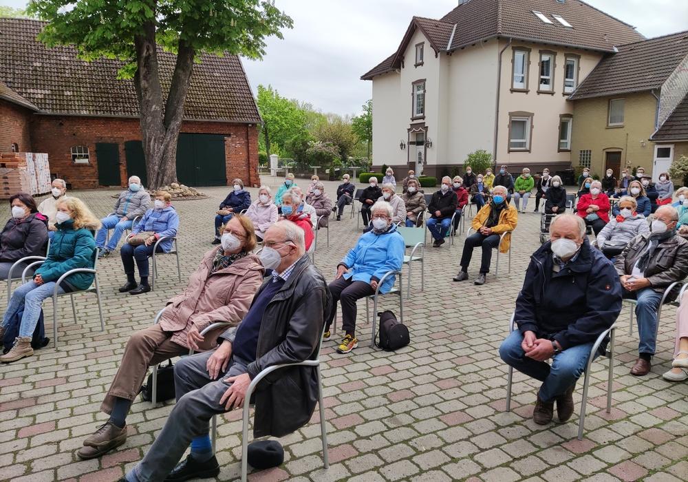 Mit gebührendem Abstand und mit einer Maske konnten die Teilnehmer dem Gottesdienst unter freiem Himmel beiwohnen.