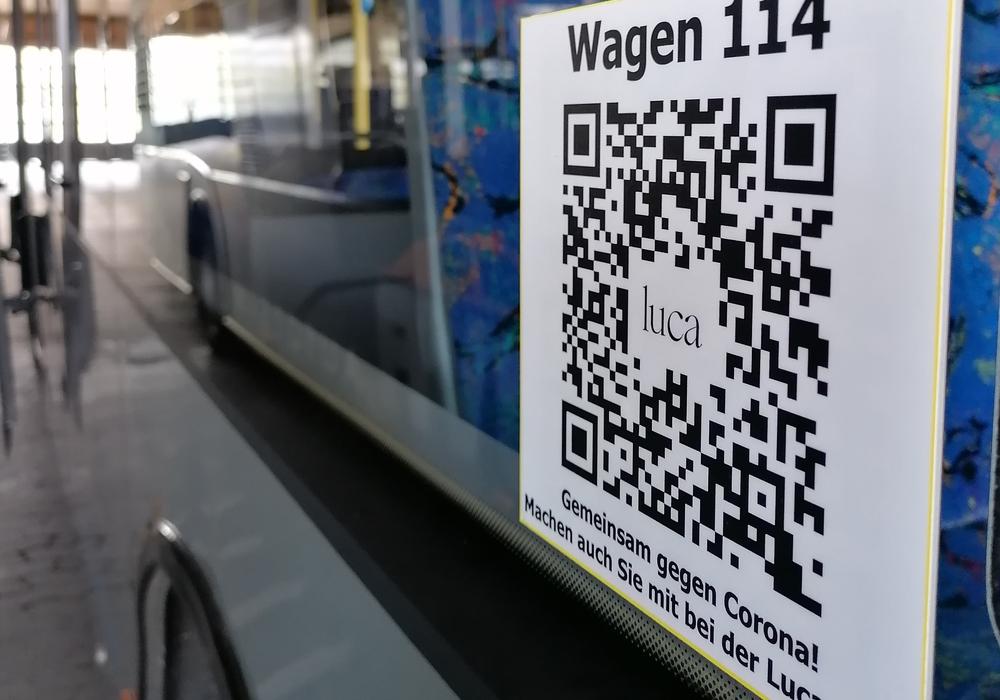 Ein QR-Code für die Luca-App an einem Bus in Goslar.