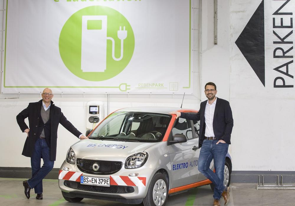 Alexander Zahn (links), Geschäftsführer der Rebenpark GmbH und Lennart Schümann, Projektmanager Kom Dia an der neuen Ladestation