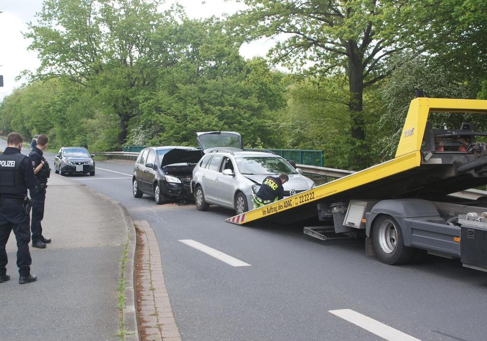 Zwei der beteiligten Fahrzeuge waren nicht mehr fahrbereit und mussten abgeschleppt werden.