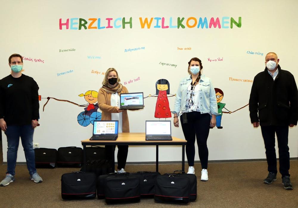 Die Schulleiterin Kirsten Müller (2. V.l.) und ihre Kollegin Rilana Knigge von der GS Friedrichstraße nehmen die Lehrer-Laptops von Bürgermeister Wittich Schobert und Patrick Querner (IT Stadt Helmstedt) in Empfang.