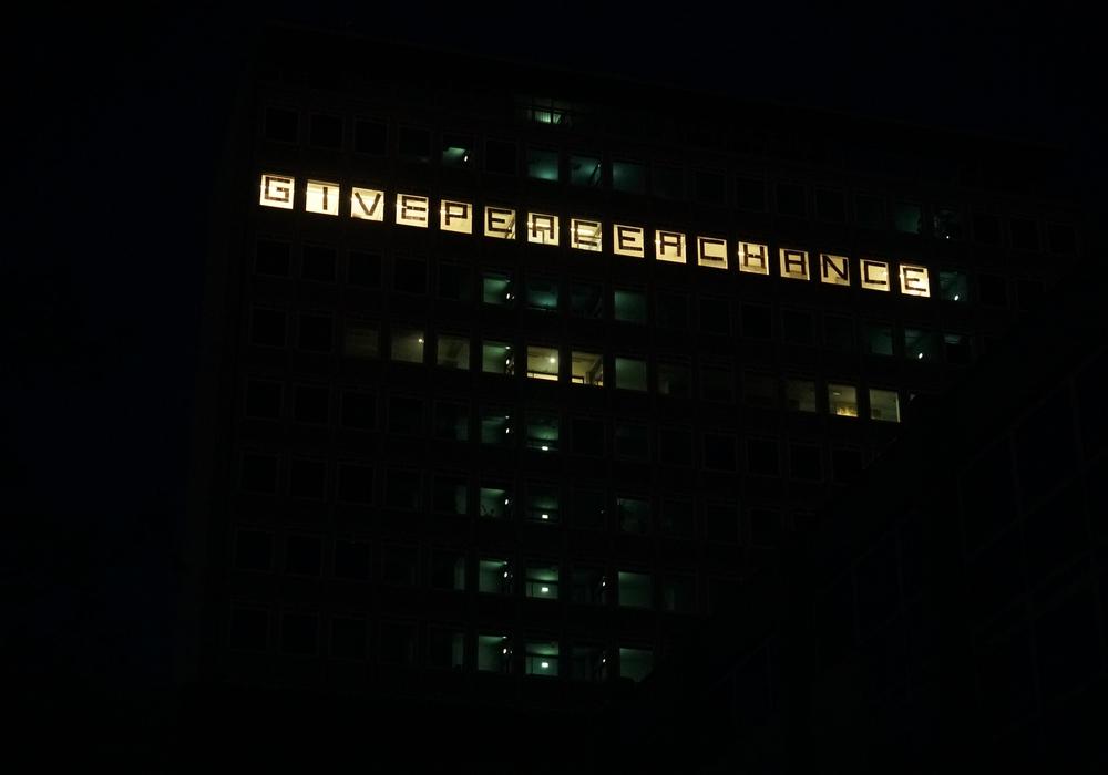 In den Fenstern erleuchteten Friedensbotschaften.