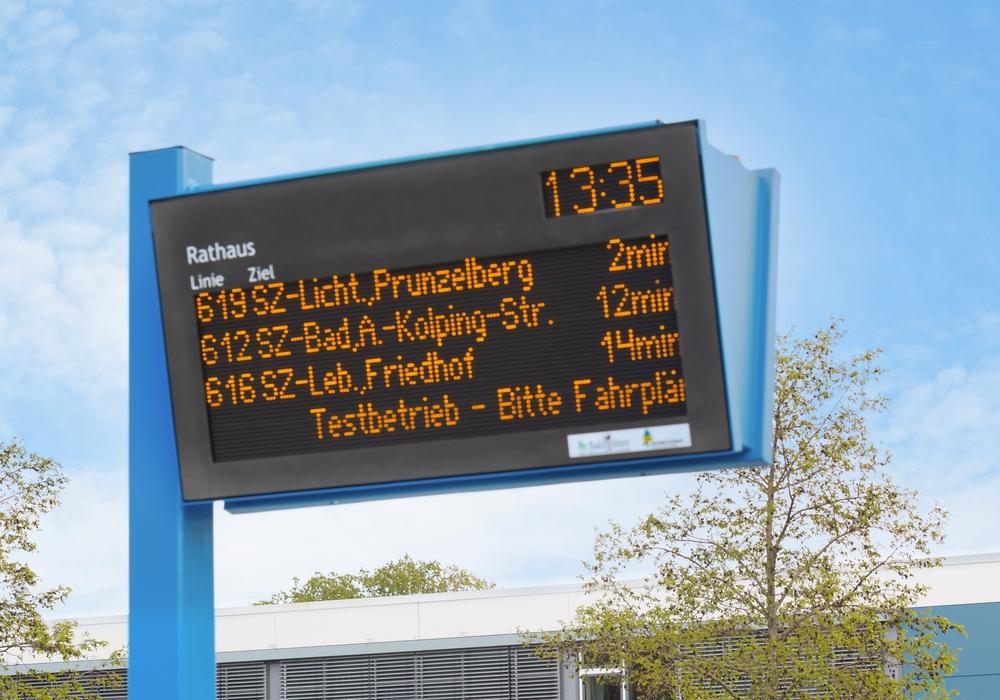 Die neue Anzeige am Rathaus in Salzgitter. Mit dem Druck auf eine Taste können die Abfahrtszeiten auch vorgelesen weren.