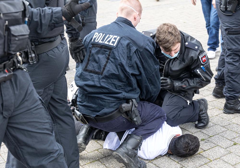 Einige Personen wurden am Boden fixiert, da sie versucht hatten, die Polizeikette zu durchbrechen.