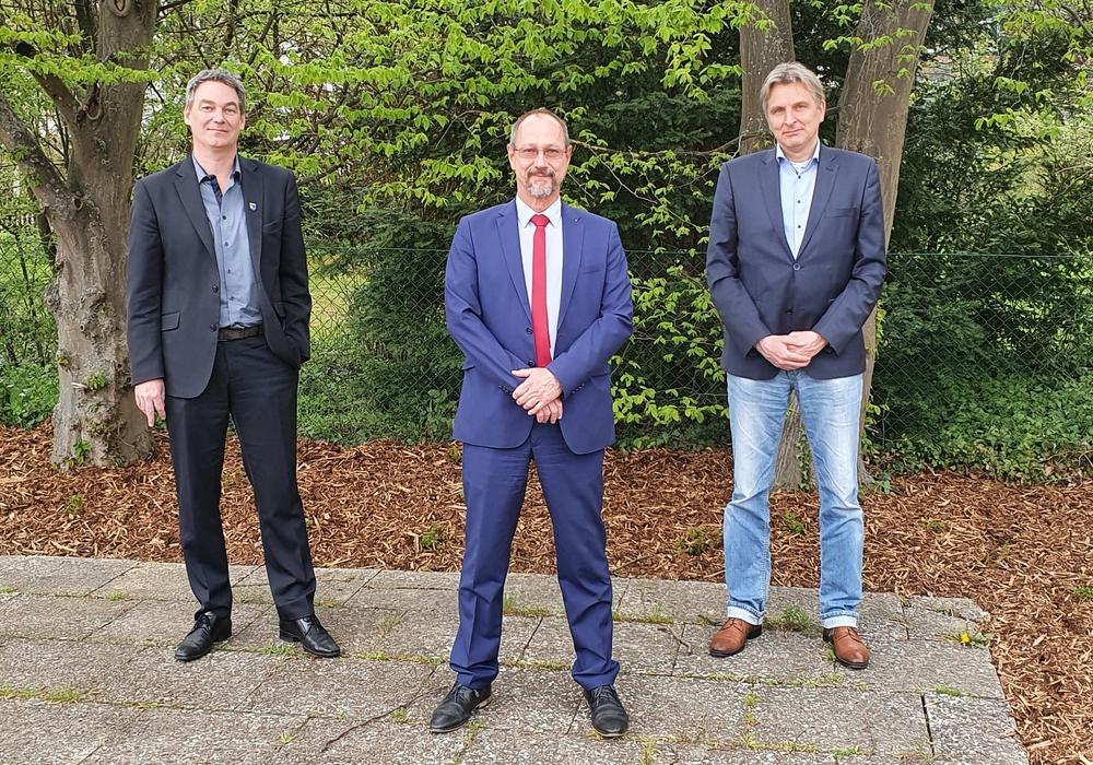 Versammlungsleiter Thorsten Althaus, der frisch gewählte AfD-Bundestagskandidat Frank Weber, und der AfD-Bürgermeisterkandidat Mirco Hanker.