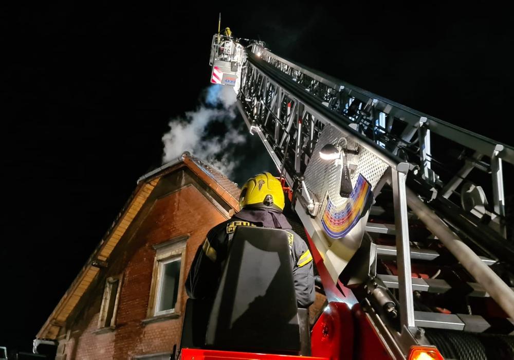 Die Feuerwehr hatte auch eine Drehleiter im Einsatz.