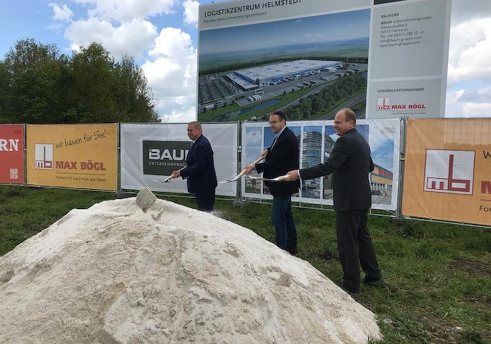 Von links: Bürgermeister Wittich Schobert, Bauherr Gregor Baum und Landrat Gerhard Radeck.