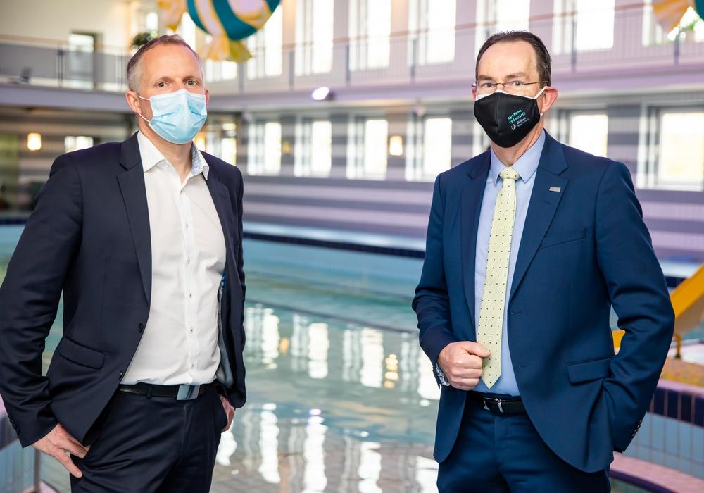 Die Geschäftsführer Tobias Groß (Stadtbad Braunschweig) und Dr. Andreas Goepfert (Klinikum Braunschweig) setzen mit der erweiterten Kooperation ein deutliches Zeichen für Gesundheitsangebote in Braunschweig (v. li.).