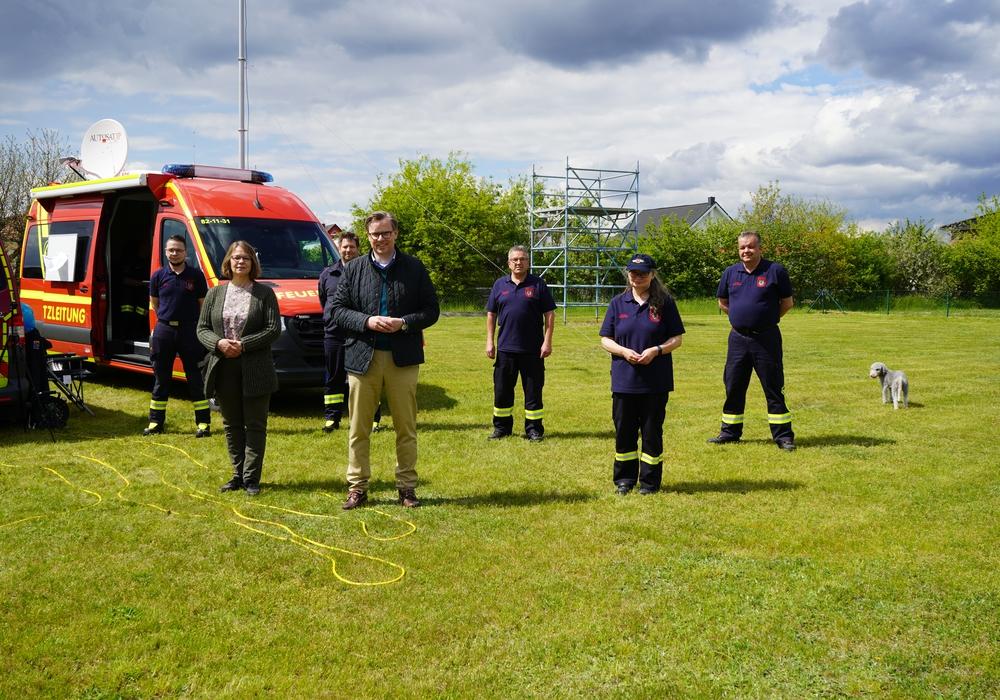 Landrat Dr. Andreas Ebel und Samtgemeindebürgermeisterin Manuela Peckmann dankten der Feuerwehr für den Einsatz bei der Bekämpfung des Eichenprozessionsspinners.