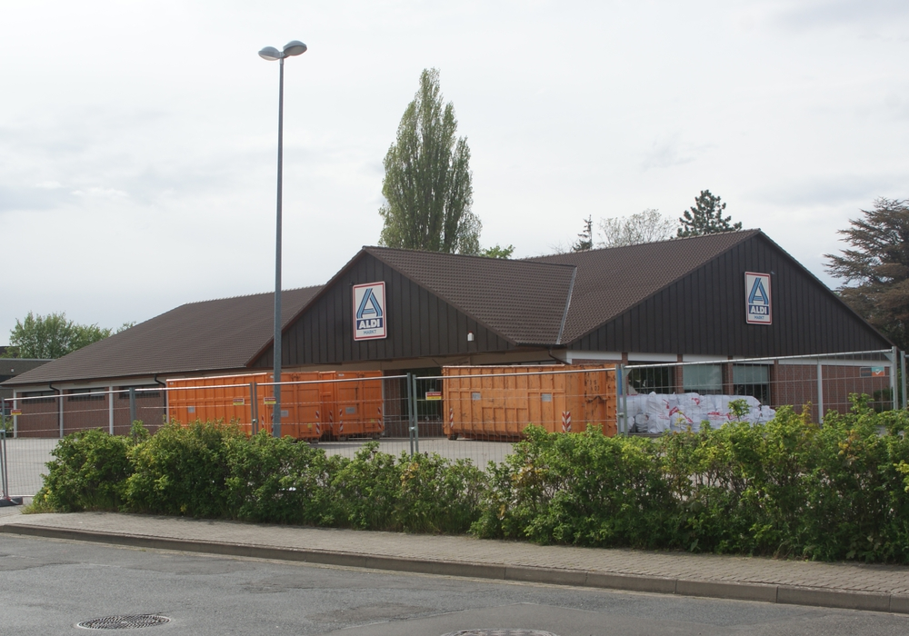 Der ALDI in Bruchmachtersen ist bereits seit einer Woche geschlossen. Bis Dezember soll hier ein moderneres Gebäude, unter anderem mit Photovoltaikanlagen entstehen.