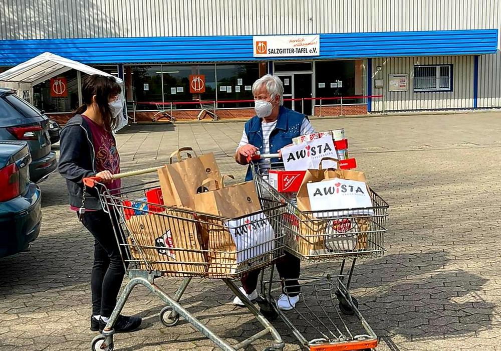 Bufdi (Bundesfreiwilligendienst) Kraft Lillia Veer übergibt die Spende an Waltraut Triller von der Salzgitter Tafel e.V.