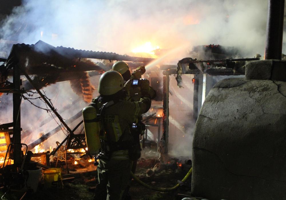 Der Schuppen eines Anbaus brannte.