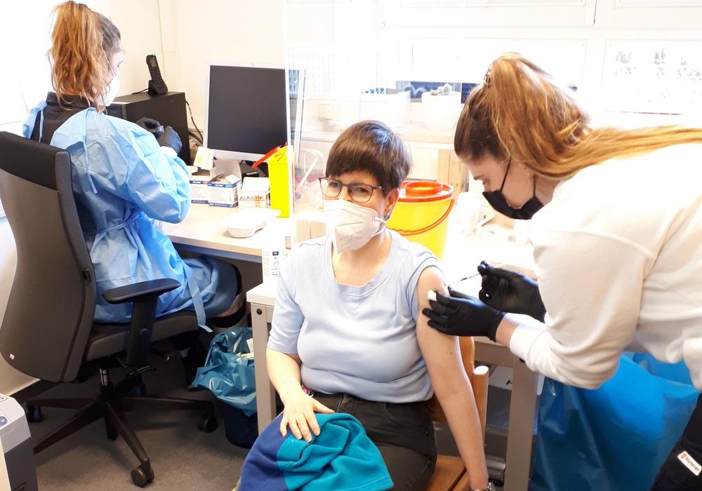 Die Freude ist groß: Eine Nutzerin des Ambulant Betreuten Wohnens ließ sich gerne impfen, so wie viele andere auch.