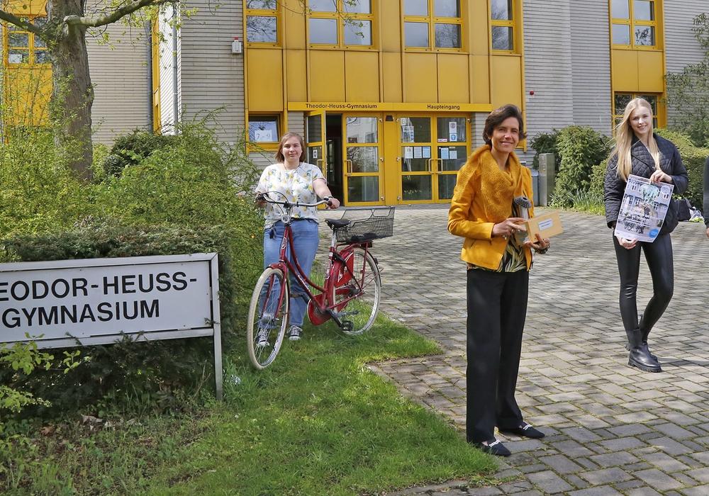 """Victoria Bahl (11. Klasse), Schulleiterin Sandra Feuge und Dirk Hahn freuten sich, den Wanderpokal des Stadtradelns noch vor dem Start der """"neuen Runde"""" von Radverkehrsbeauftragter Svea Neumann (2. v. r.) noch einmal in Empfang nehmen zu können."""