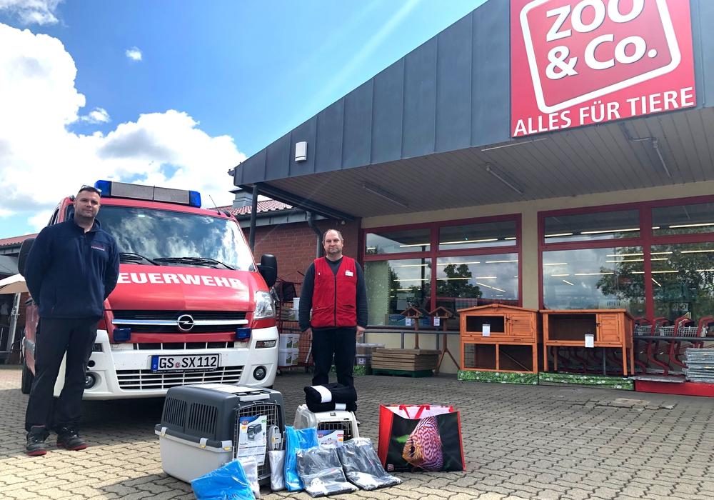 Timo Hurlemann (l.), Ortsbrandmeister aus Rhüden, hat die Spende von Filialleiter Markus Falk entgegengenommen.