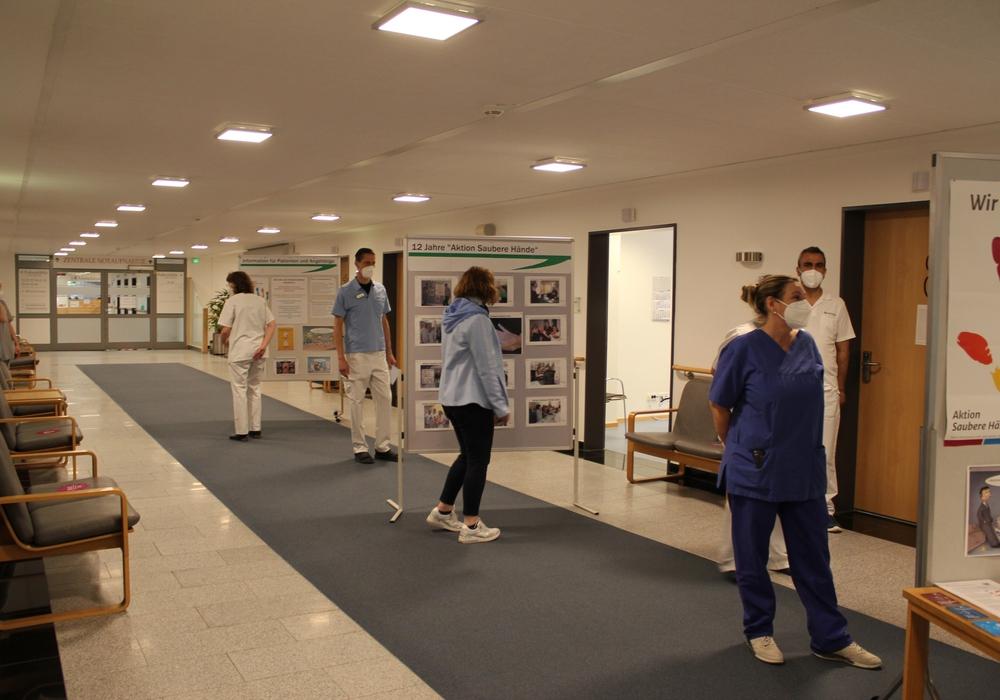 Zahlreiche Mitarbeiter und Patienten informierten sich an Stellwänden in der Asklepios Klinik Schildautal Seesen  über das Thema Händehygiene.