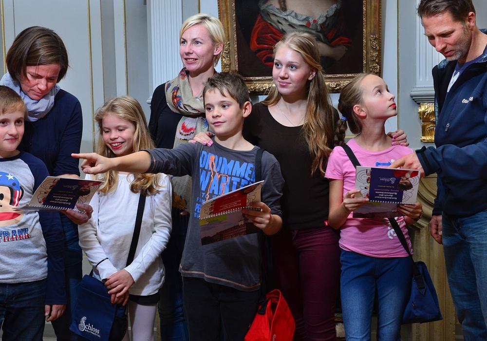 Familien besuchen das Museum.
