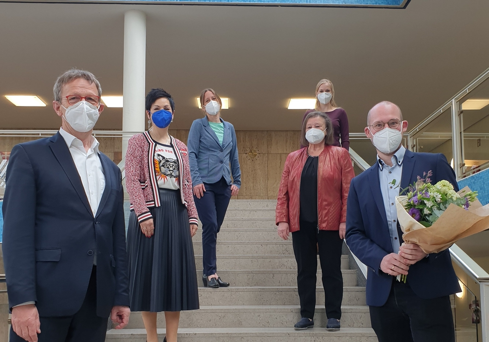 Oberbürgermeister Klaus Mohrs, Immacolata Glosemeyer, Stadträtin Monika Müller, Ludmilla Neuwirth, Birte Kistner (Gesamtpersonalrat), Florian Meyer.