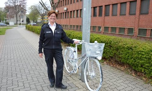 Kathrin Lacey, Verkehrssachbearbeiterin bei der Polizei Salzgitter mit einem der Geisterfahrräder.