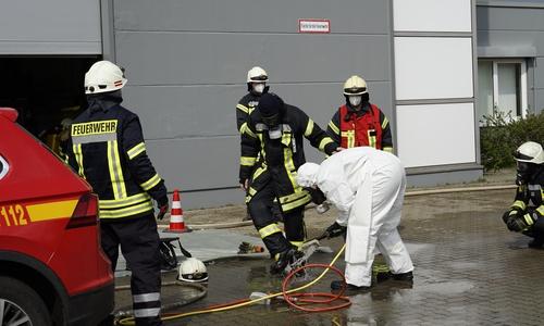 Die Einsatzkräfte wurden nach dem Einsatz im Gebäude mit dem Wasserschlauch abgespritzt um zu verhindern, dass sie krebserregende Stoffe aufnehmen.