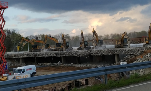 Mit mehreren Baggern wird die Brücke abgetragen.