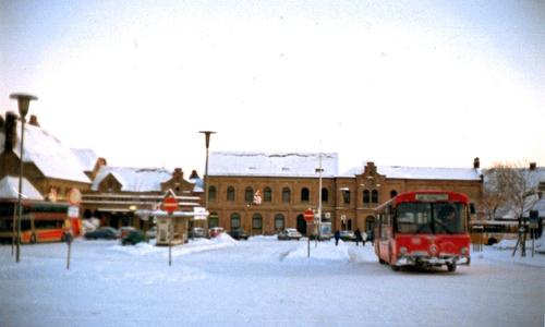 Mehr Platz und Übersichtlichkeit - So sah der Bahnhofsvorplatz noch in den 80ern aus. Zu diesem Zeitpunkt gab es noch keinen Großparkplatz und keinen ZOB an den Gleisen.