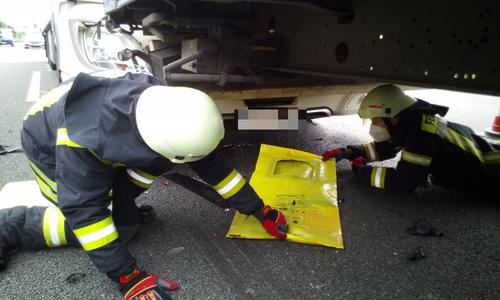 Die Feuerwehr kümmert sich um auslaufende Betriebsstoffe