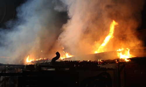 Das Feuer drohte auf die angrenzenden Häuser überzugreifen.