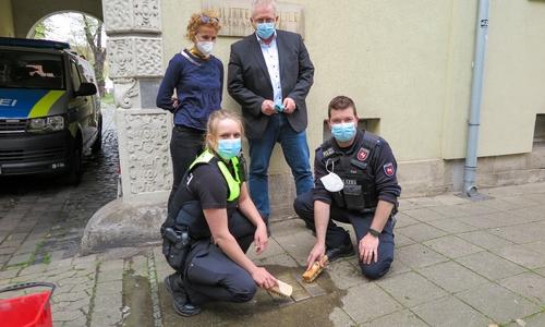 Von links: Julia Taut (DIE VIELEN), Carina Barthelmes (Polizeiinspektion Braunschweig), Uwe Lietzau (stellv. Leiter der Polizeiinspektion Braunschweig), Lucas Pape (Polizeiinspektion Braunschweig)