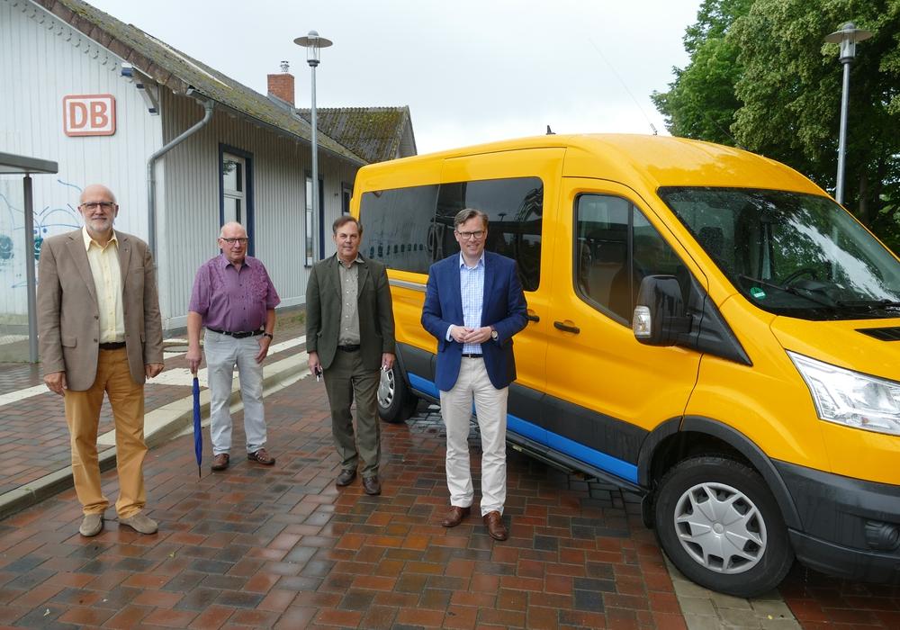 Detlef Tanke (Vorsitzender des Regionalverbands, links) und Landrat Dr. Andreas Ebel (rechts) präsentierten gemeinsam mit Stephan Heidenreich (Geschäftsführer VLG, 2. v. r.) und Ernst Pape (Erster stellvertretender Bürgermeister Gemeinde Wahrenholz, 2. v. l.) das Projekt Flexo am Bahnhof in Wahrenholz.