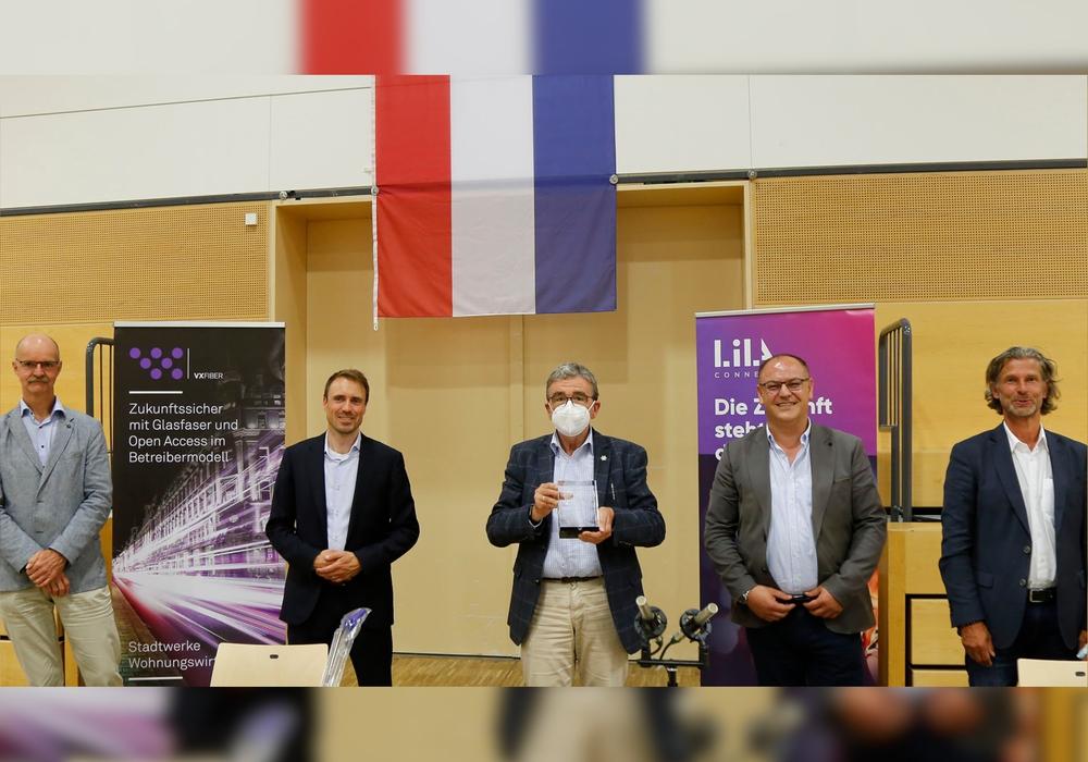 Von links: Matthias Tramp (Stadtwerke), Jan Backmann (VX-Fiber), Bürgermeister Thomas Pink, Cengiz Temur (LilaConnect) und Heinrich Altmiks (MAVETRA).