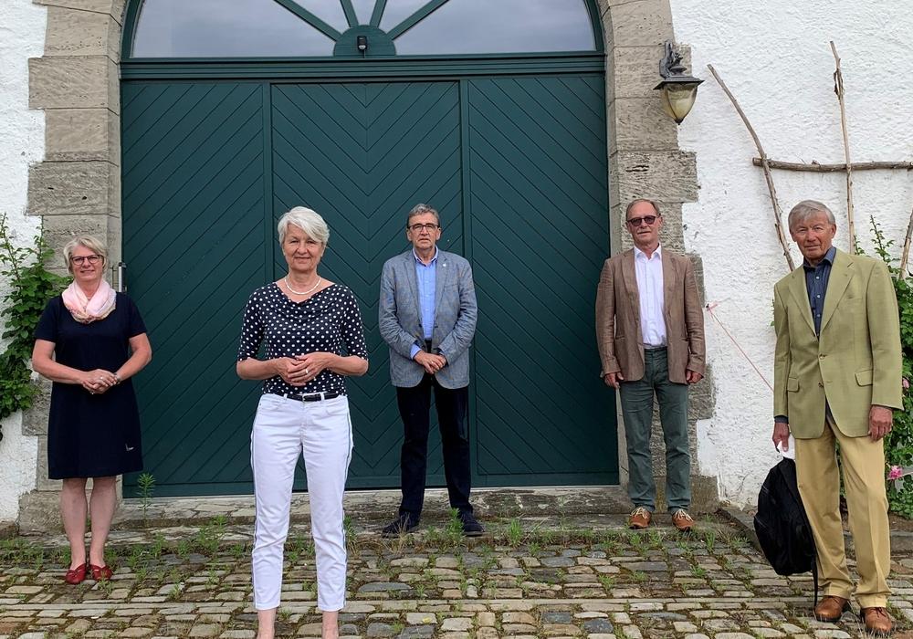 Für das konstituierende Treffen der Jurymitglieder gab es keinen besseren Ort als das Gebäude des zukünftigen Hospizes. Hier trafen sich v.l.n.r.: Ulrike Jungkurth, Christiana Steinbrügge, Thomas Pink, Volkmar Schmuck und Professor Dr. Christoph Helm.