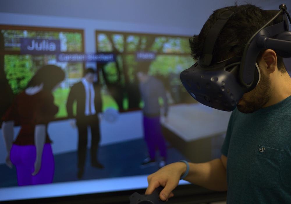 Ein Student betritt mit einer VR-Brille die virtuelle Version des Hörsaals A062 am Ostfalia Standort Wolfenbüttel.