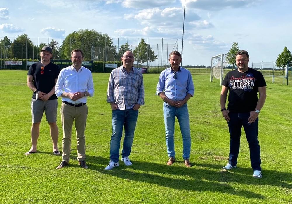 CDU-Bürgermeisterkandidat Adrian Haack und Ortsbürgermeisterkandidat Marc Angerstein (2. und 3. v.l.) mit Mitgliedern des Vorstandes vom SV Fümmelse bei einem informellen Austausch.