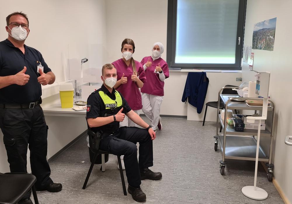 Von links: Marcus Spiller (Berufsfeuerwehr Salzgitter), Polizeikommissar Sebastian Brentrup, Lisa-Sophie Eggert (Mitarbeiterin des Impfzentrums) und Emine Kederli (Mitarbeiterin des Impfzentrums)