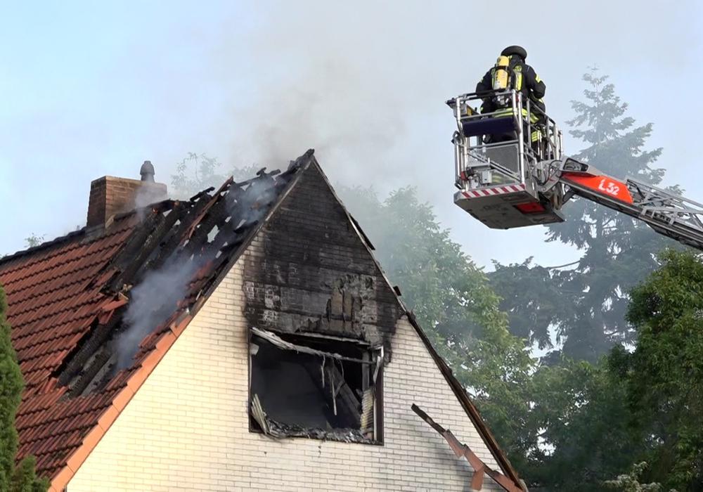 Der Dachtstuhl brannte völlig aus.