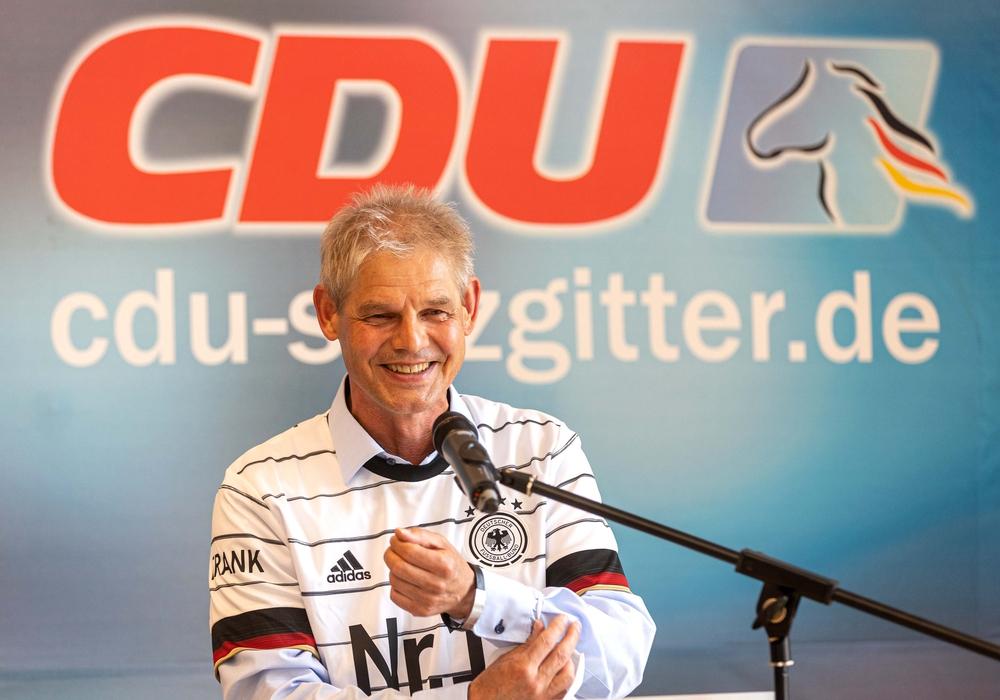 Als besonderes Geschenk zur Wiederaufstellung als Oberbürgermeisterkandidat gab es dieses persönliche Deutschlandtrikot für Oberbürgermeister Frank Klingebiel.