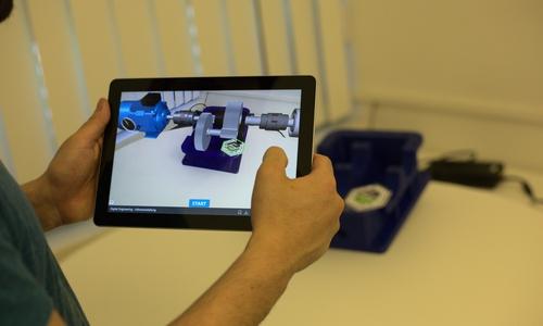 Studierende interagieren mit einer in Augmented Reality dargestellten Getriebewelle.